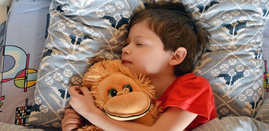 copilul doarme singur